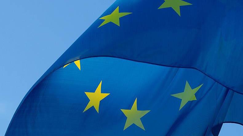 På bilden finns det EU flaggan.